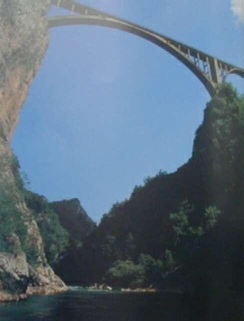 沿塔拉河峡谷行走,可以看到欧洲最深的峡谷